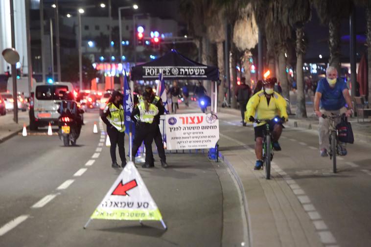 שוטרים אוכפים סגר בתל אביב (צילום: אבשלום ששוני)