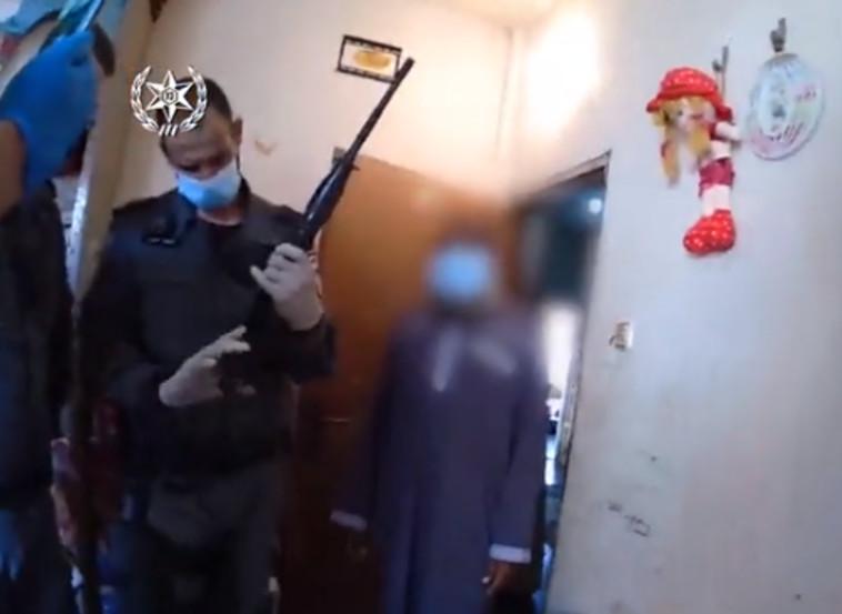 תפיסת נשק באחד מיישובי המגזר הערבי (צילום: דוברות המשטרה)