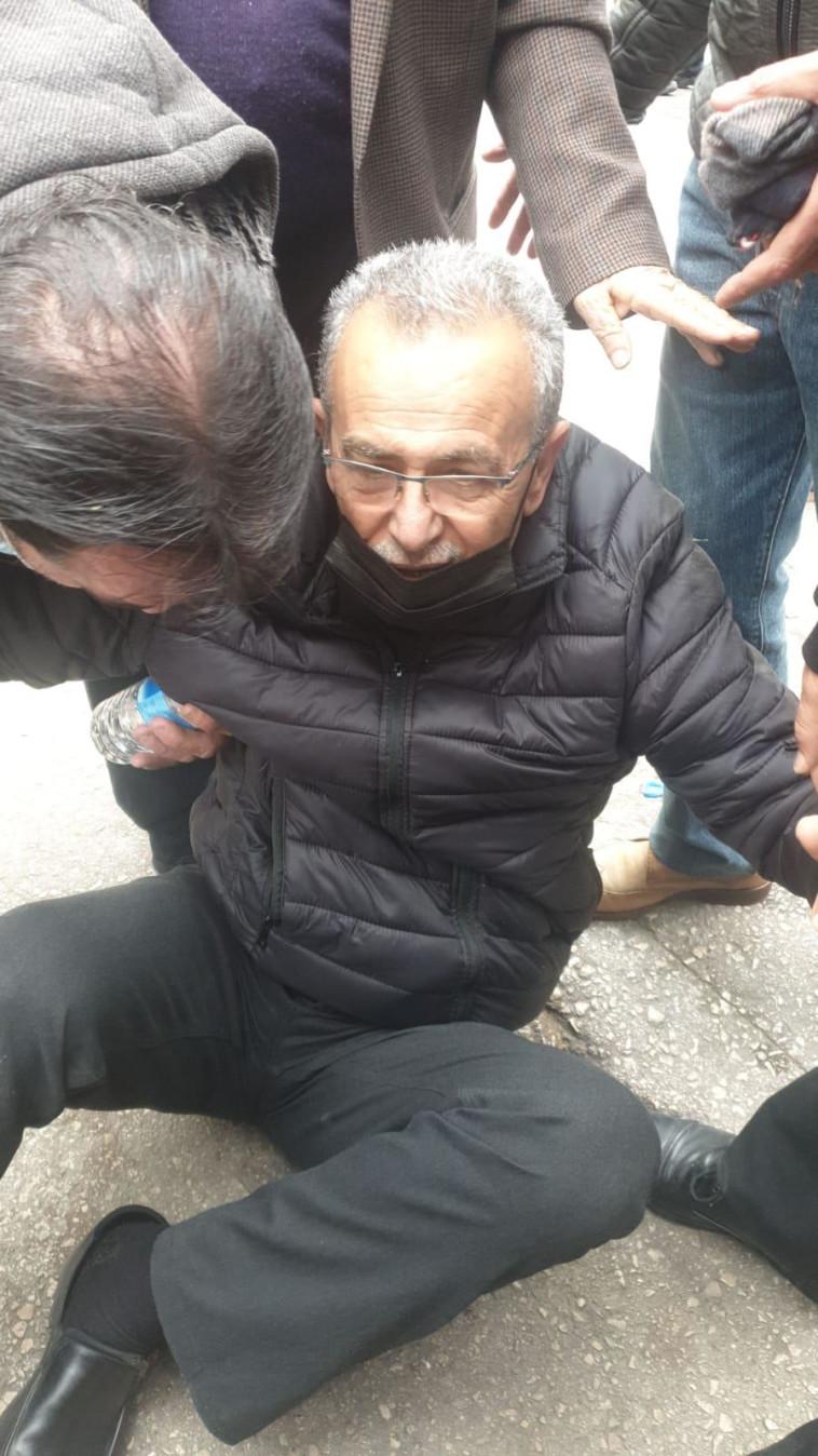 ח''כ לשעבר ג'מאל זחאלקה הופל לרצפה בהפגנה בנצרת (צילום: ללא)