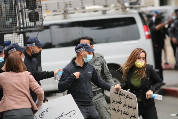 שוטרים הודפים את ח''כ סונדוס סאלח בהפגנה בנצרת (צילום: מוחמד חליליה)