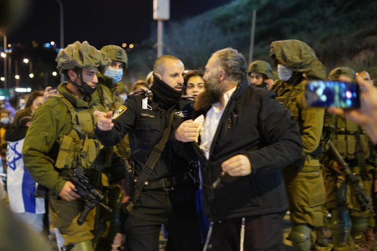 עימות בהפגנה בצומת קדומים (צילום: הלל מאיר/TPS)