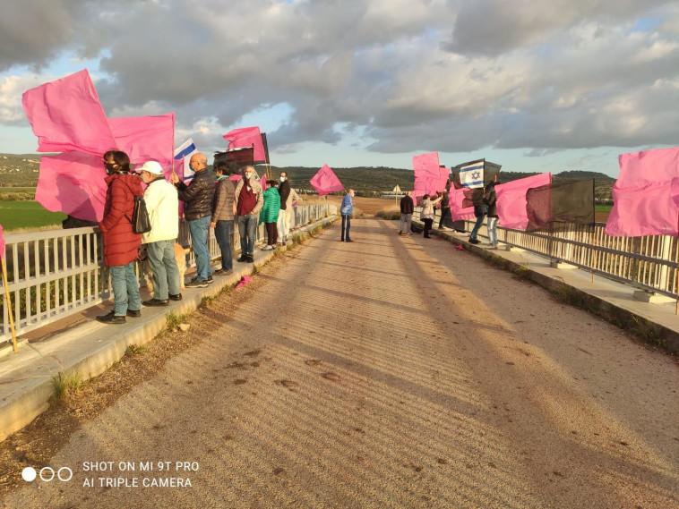 הפגנה נגד נתניהו בעתלית  (צילום: דוברות מחאת הדגלים השחורים)