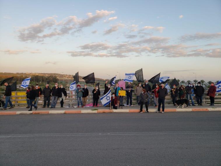 הפגנה נגד נתניהו בצומת יששכר (צילום: דוברות מחאת הדגלים השחורים)