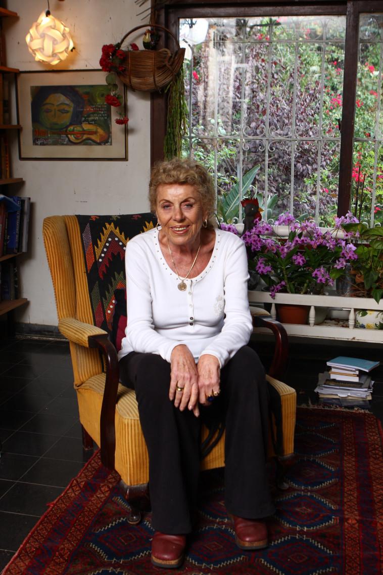 שולמית אלוני בביתה (צילום: אלי דסה)
