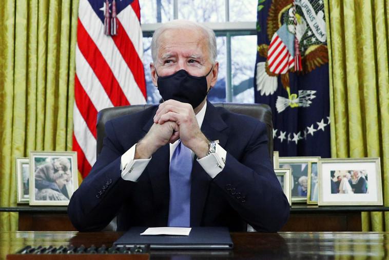 ג'ו ביידן נכנס לראשונה לחדר הסגלגל בבית הלבן (צילום: REUTERS/Tom Brenner)