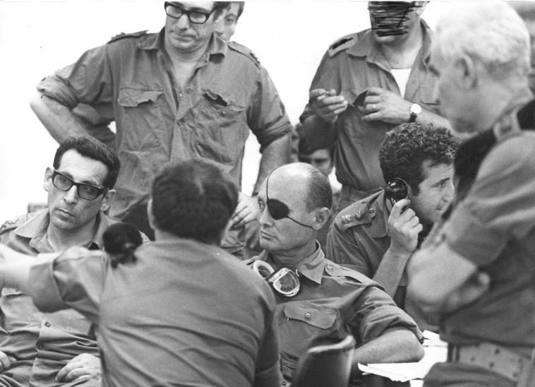 משה דיין ורחבעם זאבי (גנדי), מלחמת יום הכיפורים (צילום: דובר צה''ל)