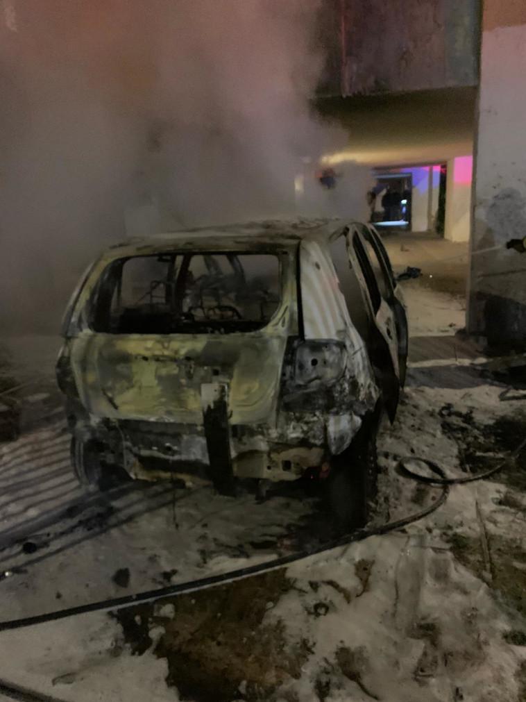 הרכב בלוד עולה באש (צילום: תיעוד מבצעי כבאות והצלה)