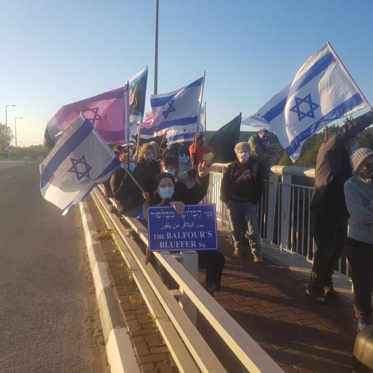 מפגינים נגד נתניהו, גשר אליקים (צילום: דוברות מחאת הדגלים השחורים)