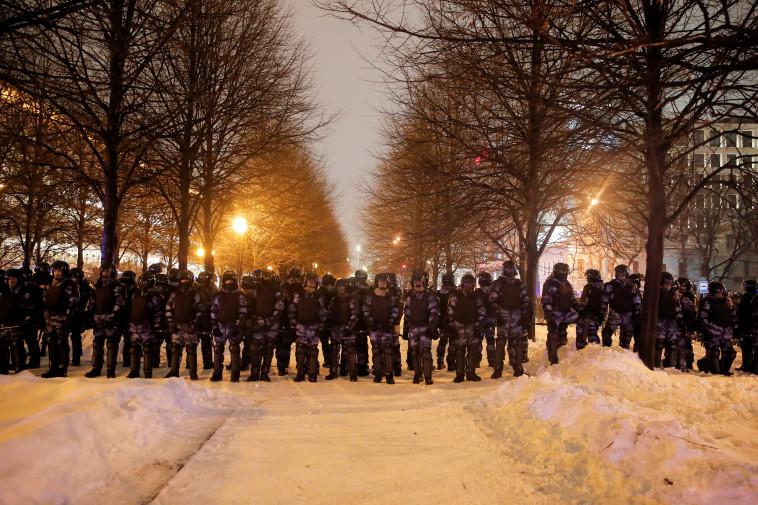 תומכי נבלני מפגינים ברוסיה (צילום: רויטרס)