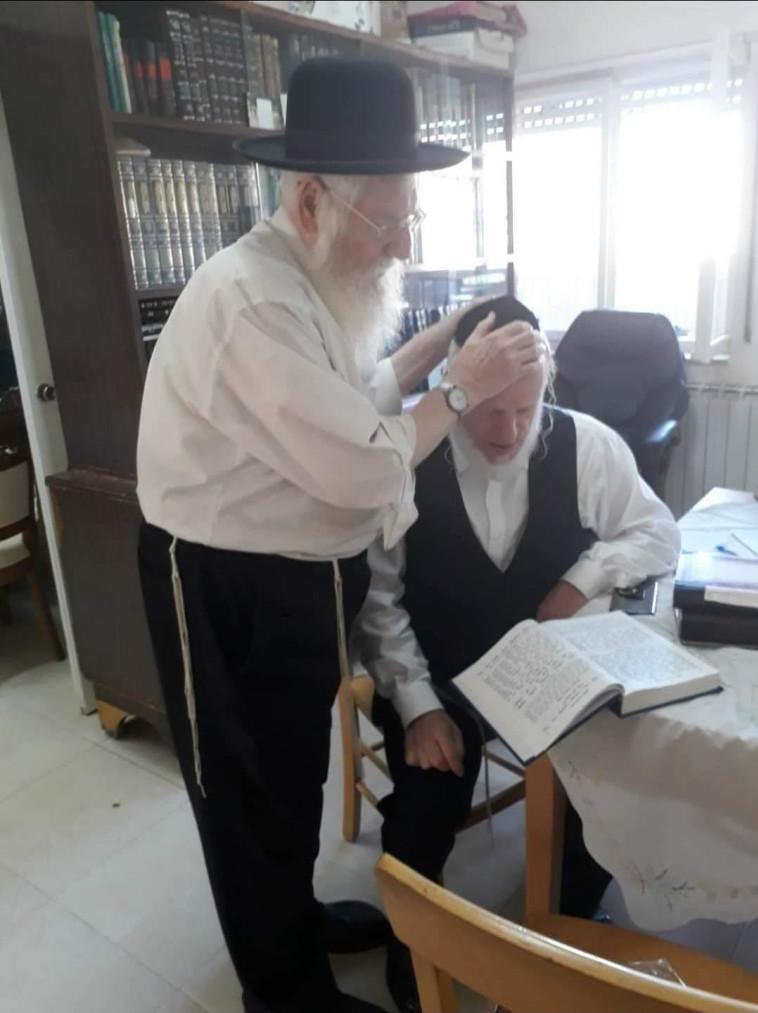 יהודה משי זהב (מימין) ואביו, הרב מנחם מנדל משי זהב, שנפטר מקורונה (צילום: זק''א)