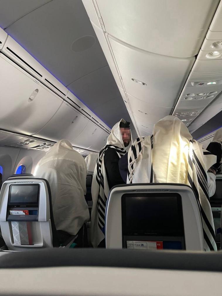 נוסעי הטיסה (צילום: טלי טננבוים)