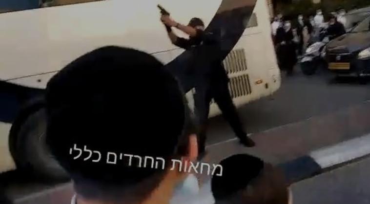 שוטר יורה באוויר במהלך המחאה בבני ברק (צילום: צילום מסך)
