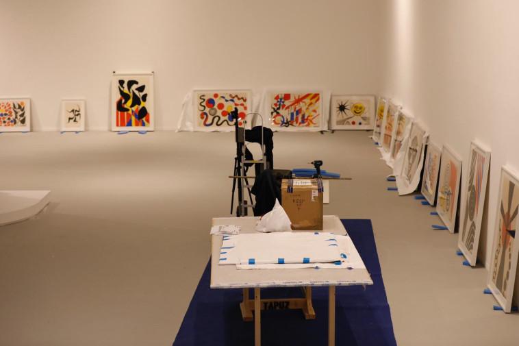 תליית תערוכה במוזיאון תל אביב (צילום: גיא יחיאלי)