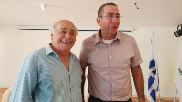 יצחק בלפר ז''ל עם בנו חיים (צילום: צילום פרטי)