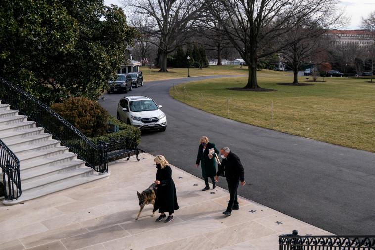 הכלב צ'אמפ נכנס לבית הלבן (צילום: רויטרס)