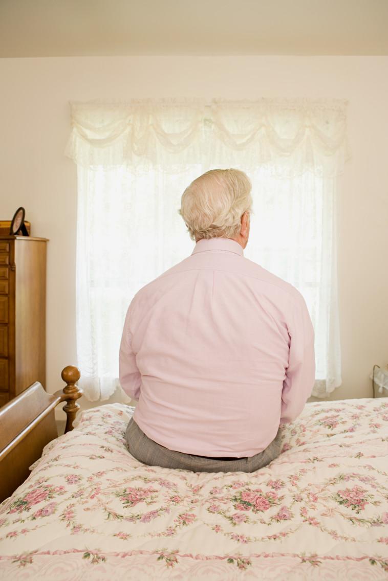 קשיש מתבודד בבית, אילוסטרציה (צילום: אינגאימג')