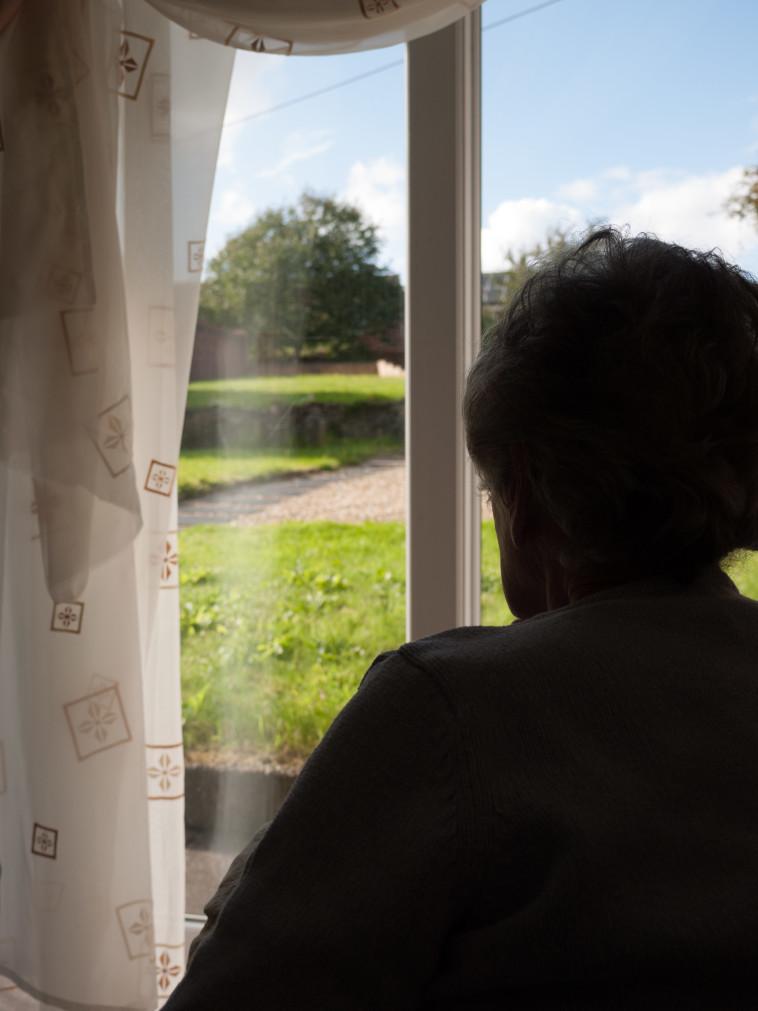קשישה מתבודד בבית, אילוסטרציה (צילום: אינגאימג')