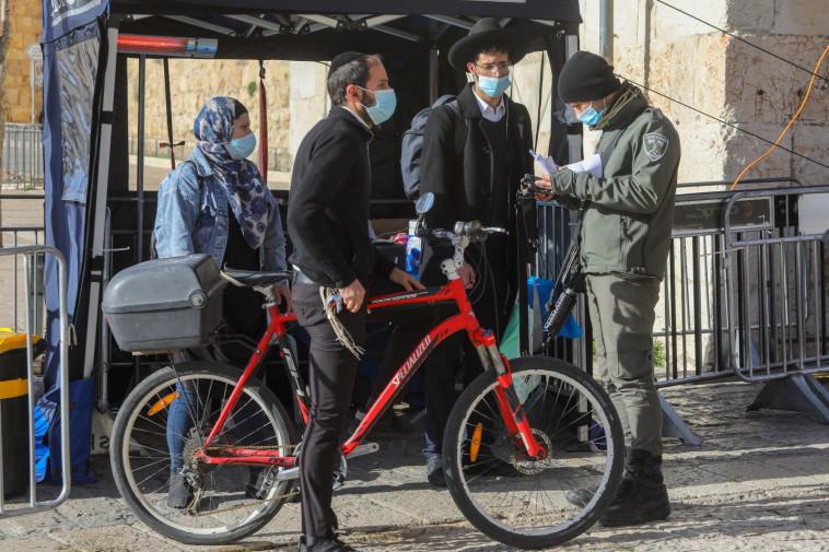 שוטרים אוכפים את הסגר בירושלים (צילום: מרק ישראל סלם)