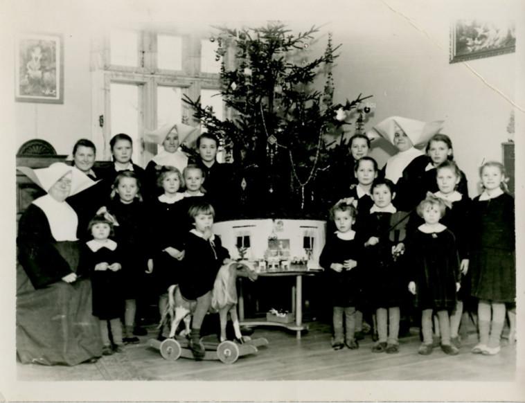 מרים-שרה בבית היתומים, רביעית מימין בשורה התחתונה (צילום: צילום פרטי)