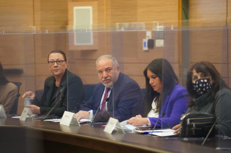 ליברמן בדיון בוועדה לקידום מעמד האישה (צילום: יניב נדב)