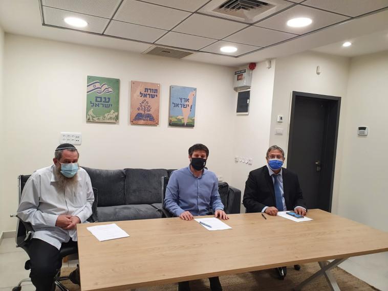 בצלאל סמוטריץ, איתמר בן גביר ואבי מעוז חותמים על איחוד (צילום: דוברות מפלגת נעם)