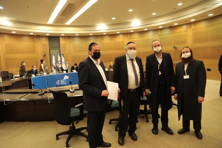 נציגי יהדות התורה בעת הגשת הרשימה לבחירות לכנסת (צילום: לע''מ)