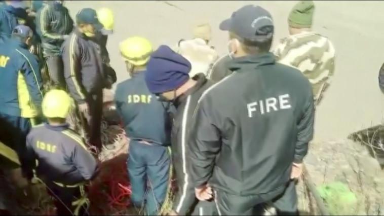 צוותי החילוץ בהימלאיה (צילום: רויטרס)