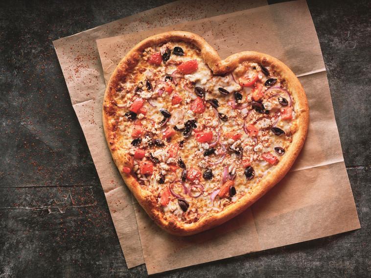פיצה בצורת לב מאת דומינוס פיצה (צילום: אנטולי מיכאלו)