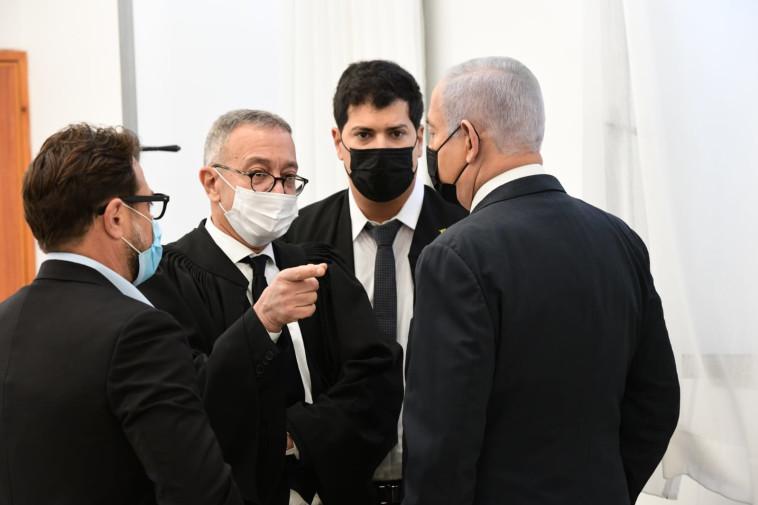 בנימין נתניהו עם עורכי דינו בבית המשפט (צילום: ראובן קסטרו)