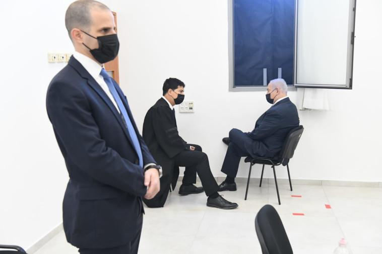 נתניהו ועורך דינו עמית חדד בבית המשפט (צילום: ראובן קסטרו)