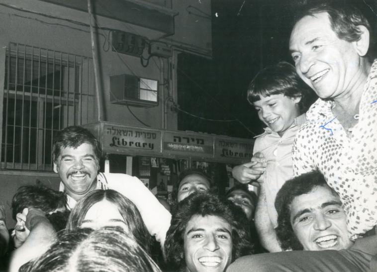 ראובן בר יותם עם מעריצים, 1975 (צילום: ישמח יצחק)