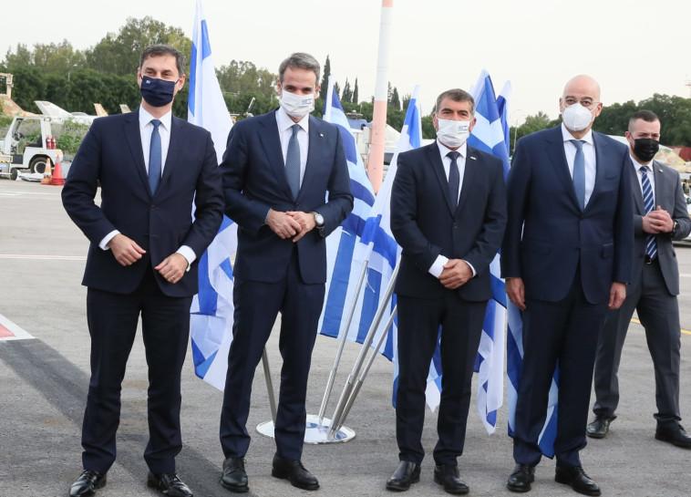 שר החוץ גבי אשכנזי עם ראש ממשלת יוון, קיריאקוס מיצוטאקיס (צילום: מירי שמעונוביץ')