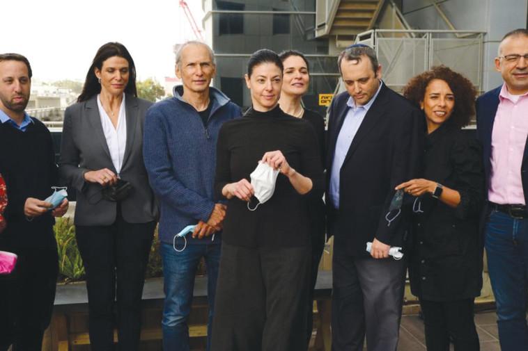 איבתיסאם מראענה, שנייה מימין (צילום: דוברות מפלגת העבודה)