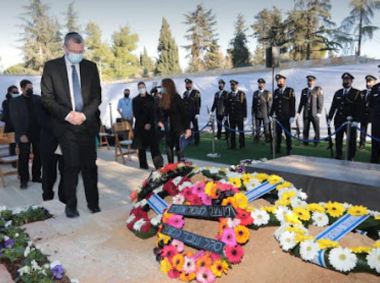 יו''ר הכנסת יריב לוין ליד קברו של משה הלל (צילום: דוברות הכנסת,יוסי זמיר)