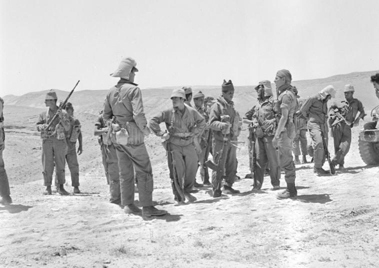 יחידה 101 בסיור בנגב, 1954 (צילום: משרד הביטחון)