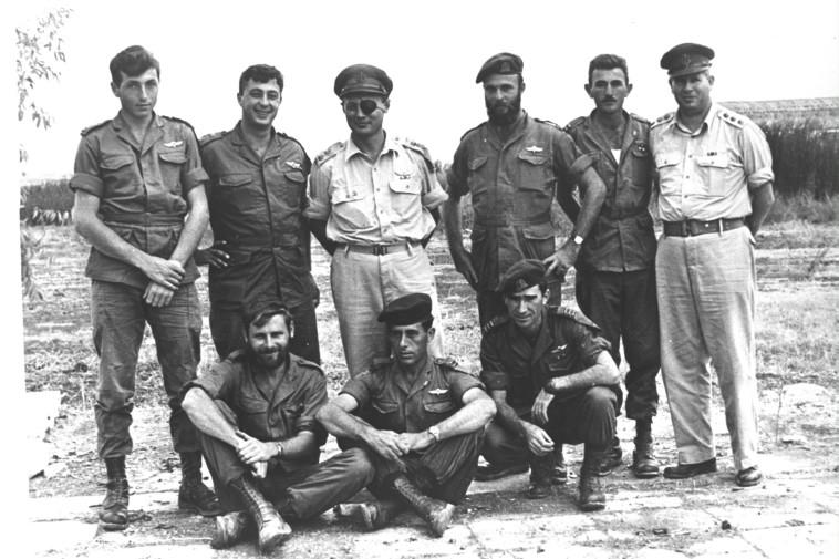 אריאל שרון, משה דיין, רפאל איתן וחברים ביחידה 101 (צילום: אברהם ורד, ''במחנה'')