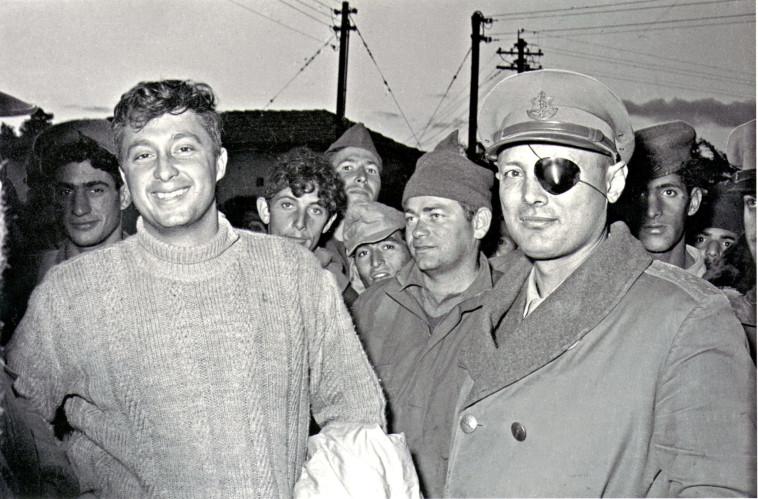 משה דיין ואריאל שרון ביחידה 101 (צילום: עיתון במחנה)