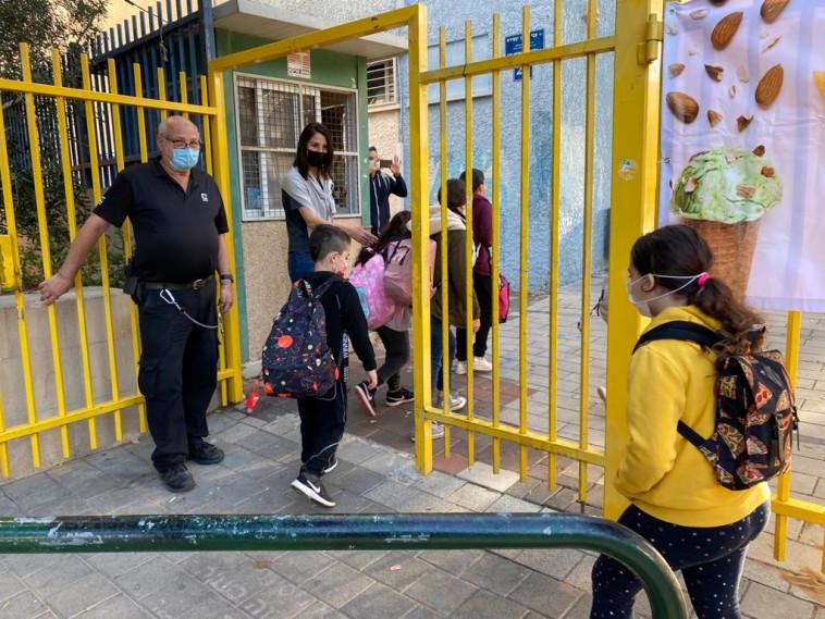 תלמידים חוזרים ללימודים (צילום: אבשלום ששוני)