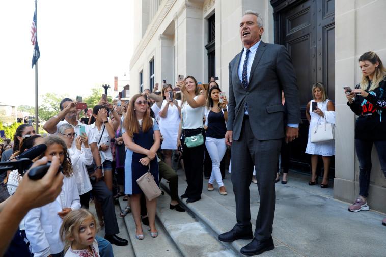 רוברט פ. קנדי ג'וניור מחוץ לבית משפט (צילום: REUTERS/Mike Segar)