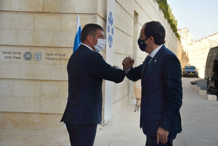 שר החוץ גבי אשכנזי עם שר החוץ הקפריסאי ניקוס כריסטודולידיס  (צילום: משרד החוץ)