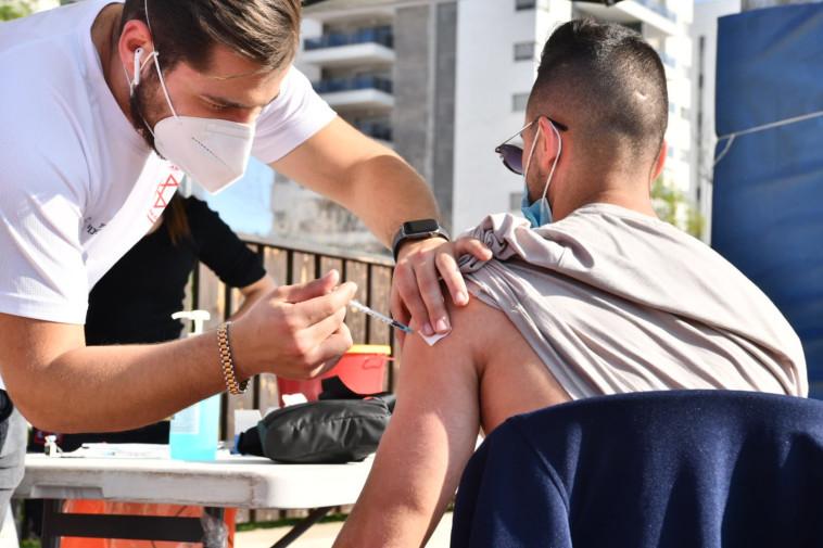 מבצע החיסונים הנייד נגד הקורונה של מד''א, בעפולה (צילום: דוברות עיריית עפולה)