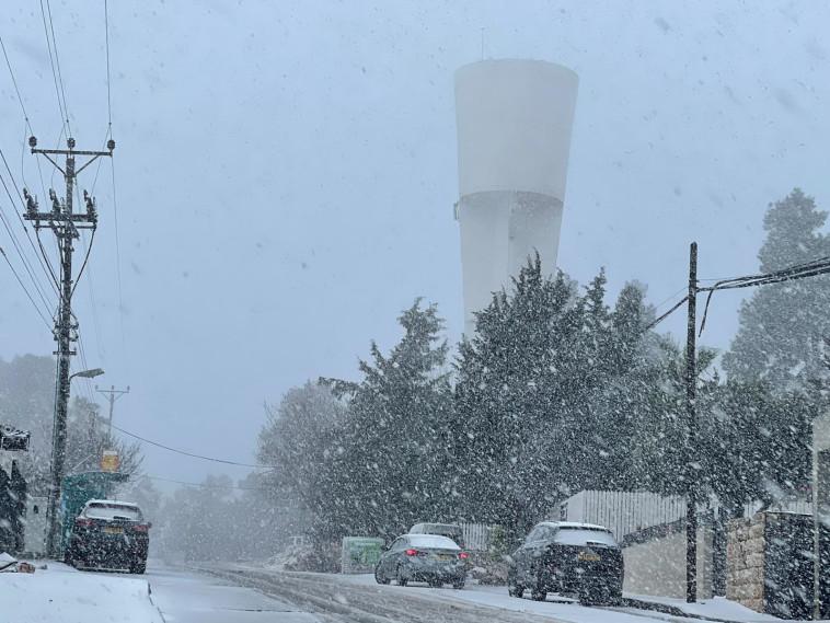 שלג נערם בצפת (צילום: שלום אלבז יח''צ)