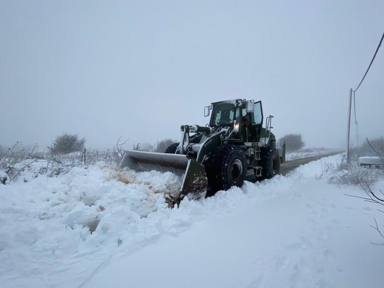 פינוי שלגים על ידי כוחות צה''ל (צילום: דובר צה''ל)