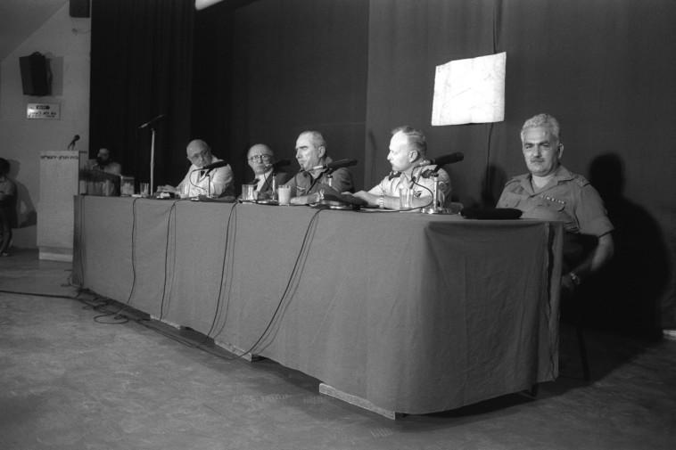 יהושע שגיא (מימין) לצד מנחם בגין ובכירי צה''ל (צילום: חנניה הרמן, לע''מ)