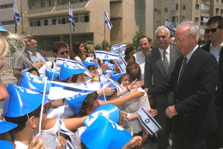 יהושע שגיא כראש העיר בת ים, לצד יצחק רבין (צילום: אבי אוחיון, לע''מ)