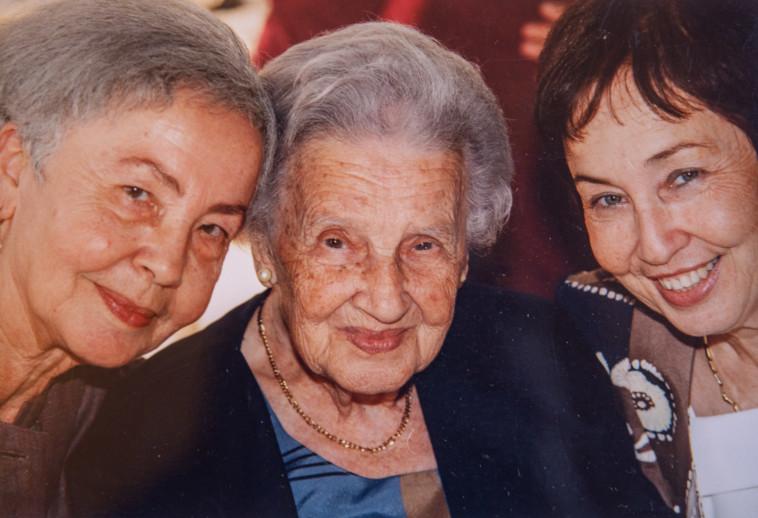 מינה צמח עם אמא שלה ואחותה (צילום: פרטי)
