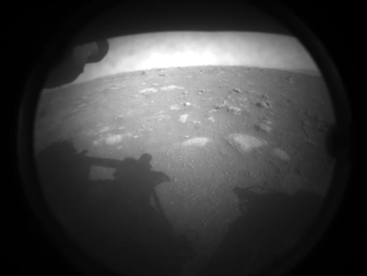 התמונה הראשונה של החללית מהירח (צילום: NASA/JPL-Caltech)