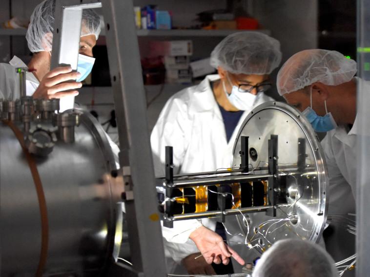 צוות המדענים של אוניברסיטת תל אביב עם הננו לווין (צילום: אוניברסיטת תל אביב)