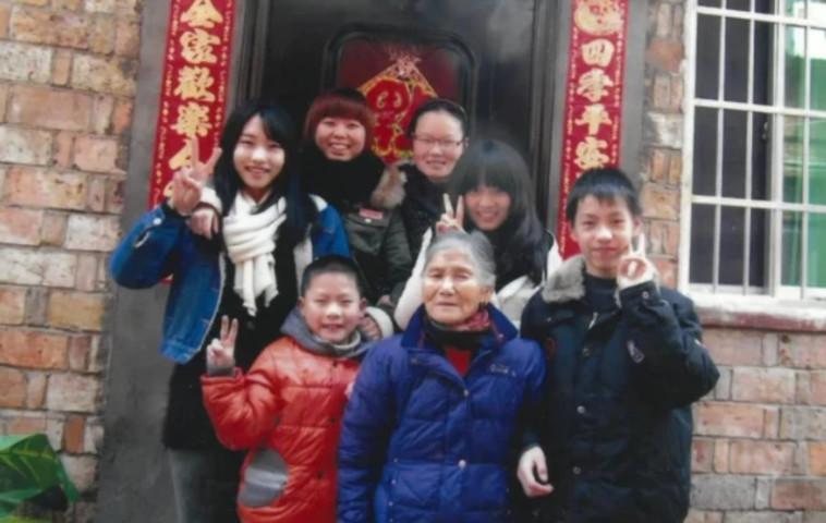טאנג וששת ילדיה המאומצים (ג'אנג מימין) (צילום: רשתות חברתיות)