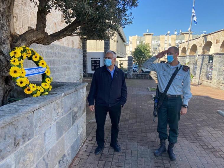 73 שנים אחרי. מג״ד 13, סא״ל אברהם מרציאנו, במפגש עם ראש עיריית בית שאן ג'קי לוי (צילום: דובר צה''ל)
